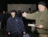 صور.. أوكرانيا ومتمردون موالون لروسيا يتبادلون الأسرى قبل العام الجديد