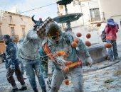 """صور.. معركة """"البيض والدقيق"""" فى مهرجان إنفاريناتس بإسبانيا"""