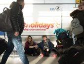 صور.. الركاب يفترشون الأرض بمطارات لندن بعد إلغاء الرحلات بسبب سوء الطقس