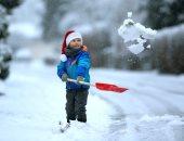 ماعندهوش رحمة.. تغريم أب سويدى لإجبار ابنه على تجريف الثلج حافى القدمين