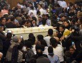 كشافة الكنيسة تضرب طبول جنازة الشهداء.. والأهالى يستقبلون جثامينهم بالتصفيق