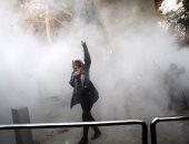 صور.. استمرار حالة الكر والفر بين الشرطة والمتظاهرين فى إيران لليوم الثالث