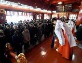 صور.. اليابانيون يحتفلون برأس السنة بالصلاة فى الأضرحة لجلب السعادة