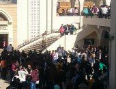 صور..مواطنون بأعلام مصر يتوافدون على كاتدرائية أسوان لتقديم التهانئ
