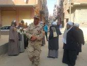 وفد من القوات المسلحة يقدم تهنئة العيد لوالدة الشهيد أبانوب صابر بالقنطرة