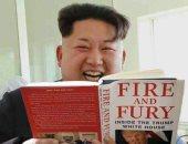"""كيم يسخر من ترامب.. نشطاء يتداولون صورة زعيم كوريا يقرأ كتاب """"نار وغضب"""""""