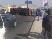 إصابة شخصين بعد انفجار إطار أتوبيس ركاب بطريق أدفو الصحراوى