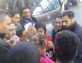 صور.. الجماهير تحتشد حول بعثة الأهلى بمطار القاهرة قبل السفر لأبو ظبى