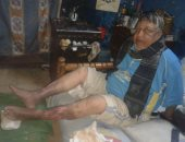 """صور.. عم """"على"""" يعيش وحيدا ويحتاج لعلاج قدميه"""
