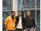 مؤمن زكريا ينشر صورة لمغادرته مطار القاهرة: توكلنا على الله إلى جده