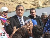 نائب محافظ القاهرة يوزع 600 قطعة ملابس شتوية بعشوئيات منشأة ناصر - (فيديو وصور)