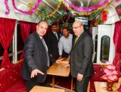 صور.. محافظ الإسكندرية يتفقد عربة الترام السياحى بعد إعادة تأهيلها