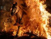 صور..انطلاق مهرجان قفز الجياد وسط النيران بإسبانيا فى عيد القديس أنطونيوس
