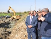 صور ..محافظ الإسماعيلية يتفقد أعمال توصيل خط المياه بمحطة المستقبل