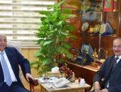 محافظ أسوان يلتقي بمسئول الأمانة الفنية بلجنة إسترداد أراضى الدولة
