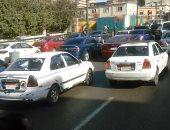 زحام مرورى بسبب تصادم سيارتين أعلى كورنيش النيل اتجاه القاهرة