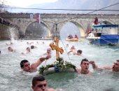 صور.. آلاف الروس يحتفلون بعيد الغطاس فى المياه الباردة