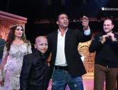 صور.. محمد رمضان يصطحب طفلا مريضا بالسرطان لتحية الجمهور بمسرحية أهلا رمضان