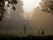 صور.. انعدام الرؤية بسبب استمرار موجه الضباب الدخانى فى الهند