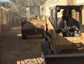 صور.. محافظ سوهاج: رفع 17 طن مخلفات بناء من محيط المقابر القديمة بحى غرب
