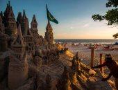 فنان برازيلى يبنى قلعة رملية ضخمة على شواطئ ريو دى جانيرو