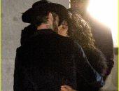 صور.. قبلة ساخنة تجمع بريانكا شوبرا وألان باويل فى تصوير Quantico