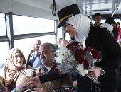 الشرطة توزع الورود على المواطنين احتفالا بعيدها الـ66