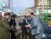 صور.. ضباط الشرطة يوزعون الورود على المواطنين بكفر الشيخ