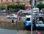 مرور القاهرة تدفع بـ30 سيارة لشفط تجمعات مياه الأمطار بالمحاور لمنع الزحام