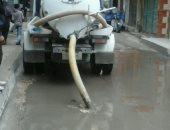 سيارات الصرف الصحي بالعجمي تسحب مياه الأمطار من الشوارع