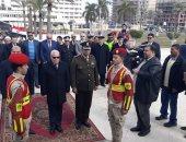 فيديو وصور.. محافظ بورسعيد يضع إكليل الزهور على النصب التذكارى بميدان الشهداء