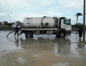 صور.. رئيس حى العامرية بالإسكندرية يتابع شفط مياه الأمطار بالطريق الصحراوى