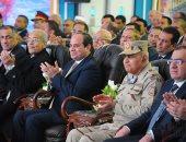 الرئيس السيسي يفتتح حقل ظهر ويلتقط صورة تذكارية مع العاملين (صور)