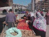 صور .. تزويد منافذ بيع السلع المخفضة بدمنهور بالخضروات والفاكهة
