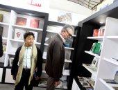 محمود حميدة يزور معرض الكتاب برفقة حفيده بحثا عن كتب الشطرنج
