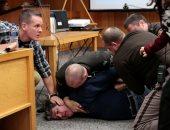 صور.. محاولة اعتداء والد 3 فتيات تحرش بهن طبيب أمريكى لحظة رؤيته بالمحكمة