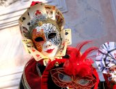 صور.. استمرار كرنفال البندقية بإيطاليا.. والأزياء تزيد المهرجان غموض وسحر