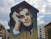 صور.. جرافيتى عمر الشريف على أحد أعتق مبانى سويسرا بأيدى فتاة مصرية