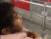 """طفلة تودع والدها المسافر للعمل : """"قول للشغل بنتى الصغيرة زعلانة"""""""
