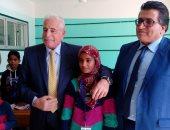 صور.. محافظ جنوب سيناء يشيد بتعليم الوديان ويكافئ الطالبات