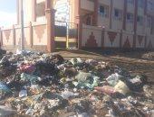القمامة بجوار مدرسة 6 أكتوبر فى كفر الشيخ.. وولى أمر يناشد إزالتها