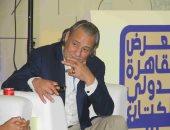 فاروق الفيشاوى يلقى قصيدة لـ سيد حجاب فى حفل ختام معرض الكتاب