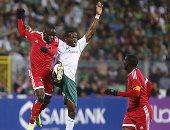 """فيديو.. لاعب سيمبا التنزانى يعتدى على أحد """"صبية الملعب"""" فى مباراة المصرى"""