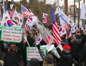 صور.. متظاهرون كوريون جنوبيون يحرقون علم الشمال فى سيول