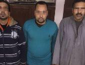 سقوط عصابة النصب على المواطنين بانتحال صفة رجال الشرطة بالقاهرة.. صور