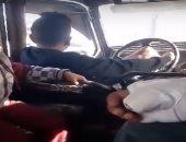 فيديو.. امسك مخالفة.. طفل يقود سيارة أجرة لنقل الركاب بمنشأة ناصر