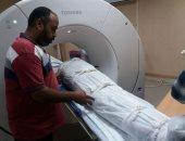 """صور.. """"الآثار"""" تجرى أشعة مقطعية على 6 مومياوات بمستشفى أسوان الجامعى"""