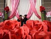 """صور.. قبلات حارة ودباديب وورود فى احتفالات العالم بـ""""عيد الحب"""""""