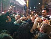 تامر حسنى ينشر فيديو كيف تنظم الشرطة الفرنسية الجمهور فى حفله بباريس