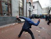 صور.. مظاهرات وأعمال شغب بشوارع أوكرانيا تطالب بعزل الرئيس بوروشنكو
